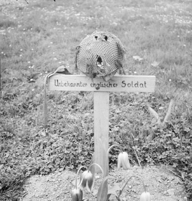 Airborne_grave,_Arnhem_1945